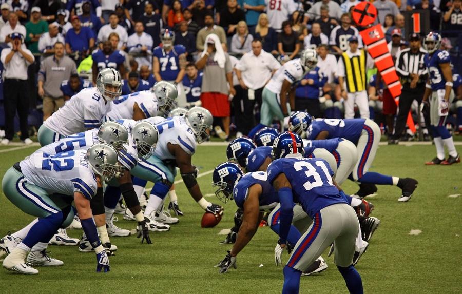 Cowboys Giants Romo Taking Snap